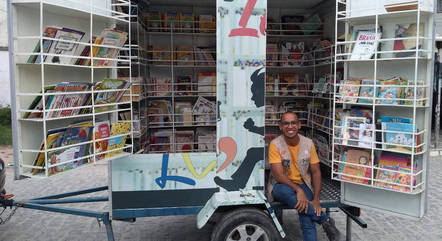 Professor Glaucio Ramos a sua biblioteca itinerante