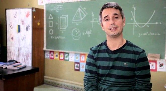 Professor apresenta conceitos, regras e exemplos simples