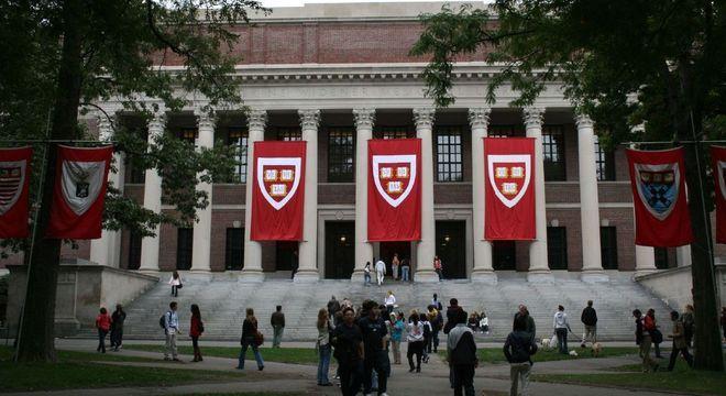 Alunos na porta da Universidade de Harvard antes da pandemia