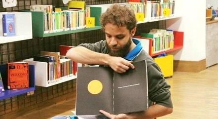 Professor Marcos conta histórias na biblioteca