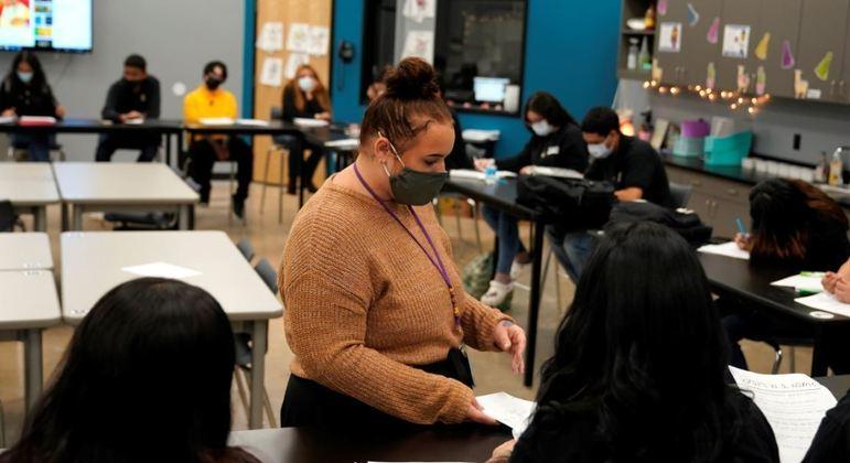 Volta presencial obrigatória às aulas começa a ocorrer na segunda-feira (18)