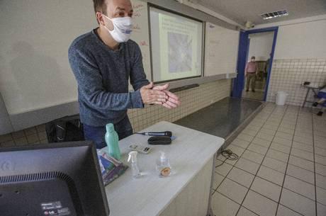 Professor se divide entre aula presencial e online