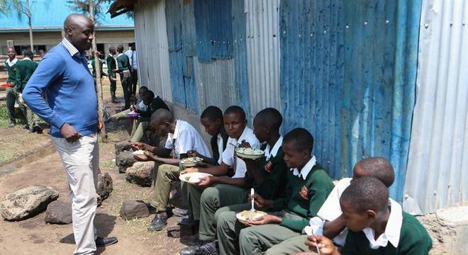 Os alunos de Tabichi precisam almoçar ao ar livre, pois não há refeitório