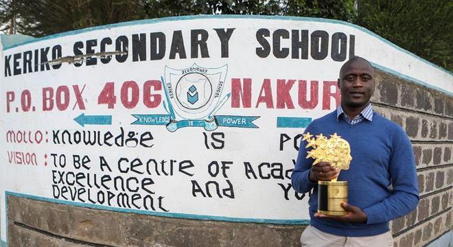 Peter Tabichi com a taça que ganhou por conquistar o Global Teacher Prize