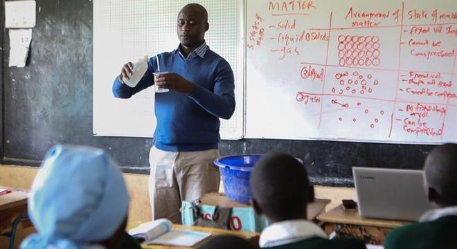 Perer Tabichi dá aulas em uma escola na aldeia de Pwani