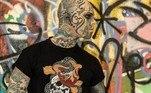Atualmente, ele é tido como o homem mais tatuado da França — nem o branco dos olhos escapou da agulha e da tinta