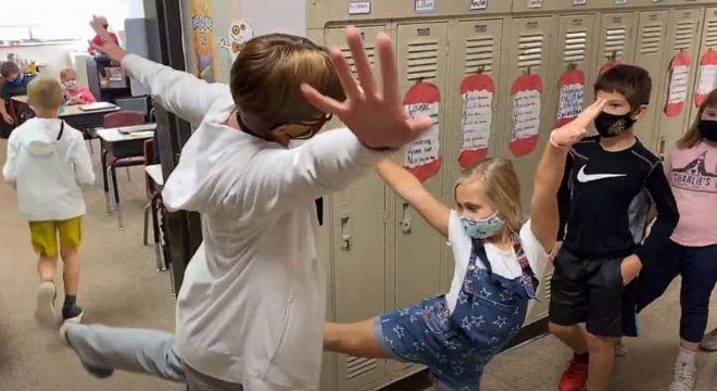 Professora personaliza os cumprimentos com seus alunos