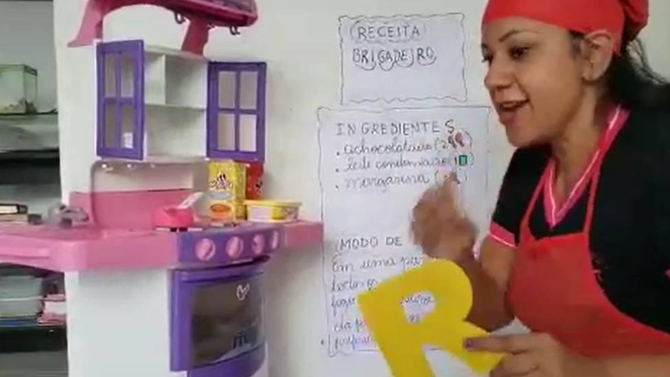 Professora da Escola Waldir Garcia durante aula online; assim como em muitas escolas pelo país, educadores reinventaram forma de transmitir conteúdo aos alunos