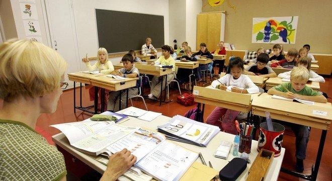 Professora em sala de aula finlandesa, em foto de arquivo; país reformou seu ensino e a formação de professores a partir dos anos 1970