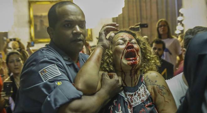 Luciana é socorrida após ser agredida por um guarda-municipal na Câmara Municipal