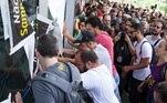 Professores empurram porta para invadir prédio da Câmara
