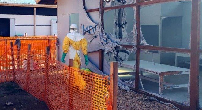 Homens armados atacaram um centro de tratamento de Ebola em Butembo, no leste da República Democrática do Congo, matando um policial e ferindo um agente de saúde