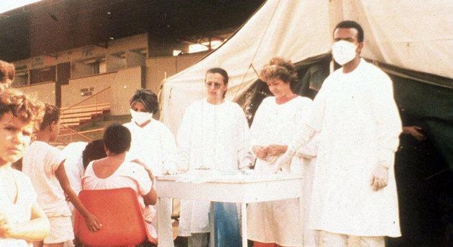 Profissionais de saúde examinam possíveis pessoas contaminadas com radiação