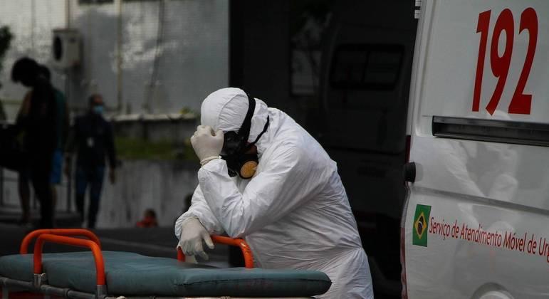 Profissional do Samu aguarda atendimento com paciente com Covid-19 dentro da Ambulância na frente do Hospital e Pronto Socorro 28 de Agosto, em Manaus