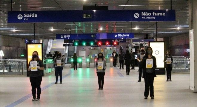 Voluntários do programa Help oferecem ajuda para usuários do metrô