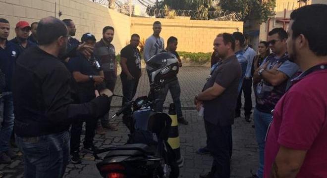Durante SIPAT na Rede Record, André Garcia orienta sobre frenagem correta da motocicleta