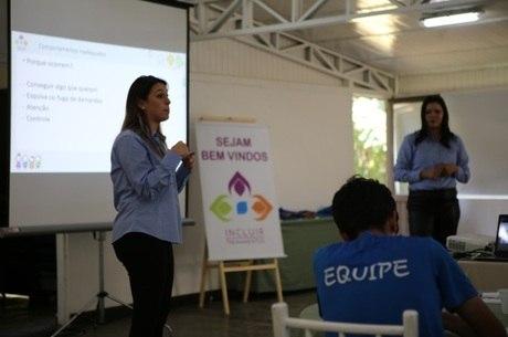 Amanda (ao fundo) e Maria Luiza ministram palestras