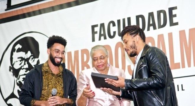 Viúva de Mandela, Graça Machel, recebe o livro na Faculdade Zumbi dos Palmares