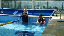 Escola dá aula de natação para trabalhadores de serviços gerais