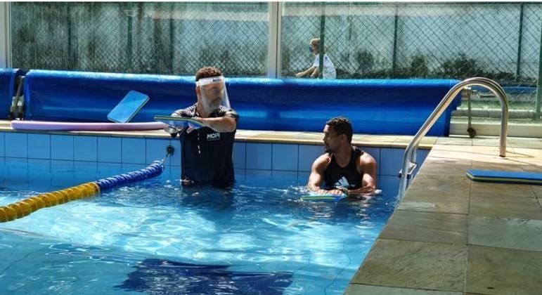 Projeto Braçadas Transformadoras dá aulas de natação para trabalhadores de escola