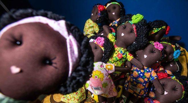Bonecas de pano confeccionadas por voluntárias são enviadas para a África