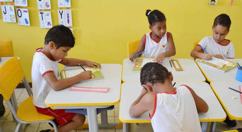 Crianças e adolescentes na escola: educação infantil até o ensino médio em período integral