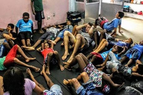 Muay Thai reúne jovens da periferia em Porto Alegre