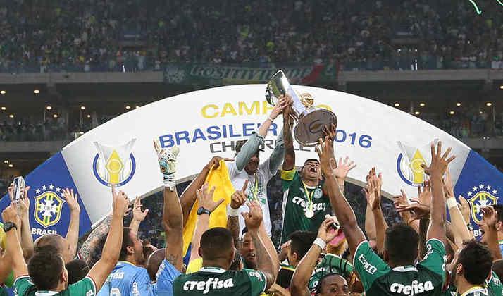 Promessa cumprida e título nacional: Em uma reta final emocionante, o Palmeiras leva a melhor sobre Santos e Flamengo e volta a conquistar o Campeonato Brasileiro depois de 22 anos. Mais uma volta olímpica no Allianz Parque.