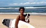 Rayan Fadul tem 14 anos e surfa desde criança sempre apoiado pela família. O pai faz shapes artesanal e a mãe que o ensinou a nadar nas praias da Bahia