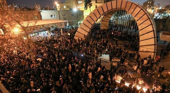 Centenas de pessoas, principalmente estudantes, se manifestaram em Teerã contra o governo