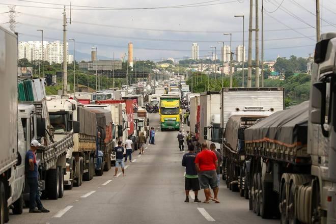 Motoristas fazem protestos na manhã desta sexta-feira (5) contra as medidas restritivas impostas pelo governador de São Paulo, João Doria (PSDB), para tentar frear o avanço da covid-19 no estado por 15 dias