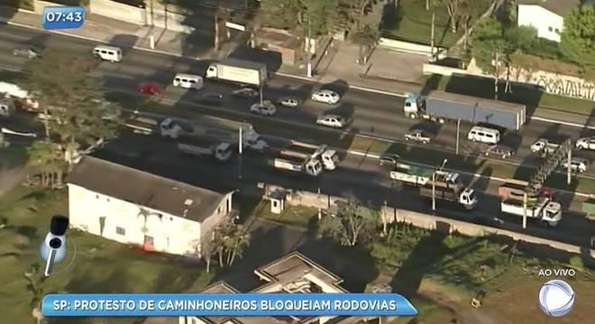 Caminhoneiros bloqueiam rodovias após aumento de diesel