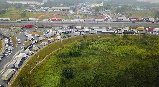 Protesto de caminhoneiros causa congestionamento no km 162 da Presidente Dutra
