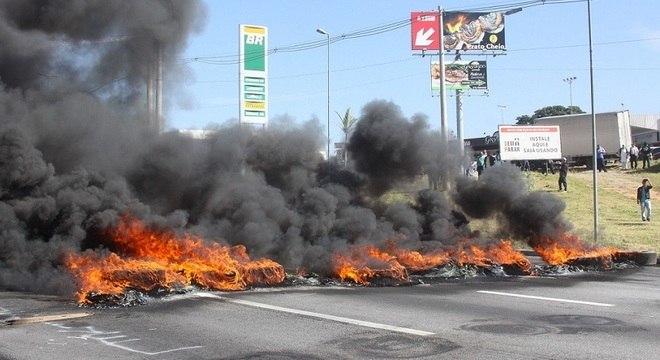 Protesto na rodovia Régis Bittencourt, em Embu das Artes (SP)