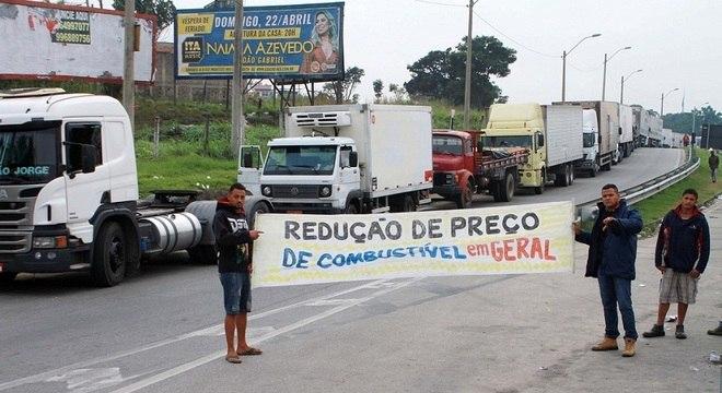 Caminhoneiros realizam protesto na BR 101, na altura do Trevo de Manilha (RJ)