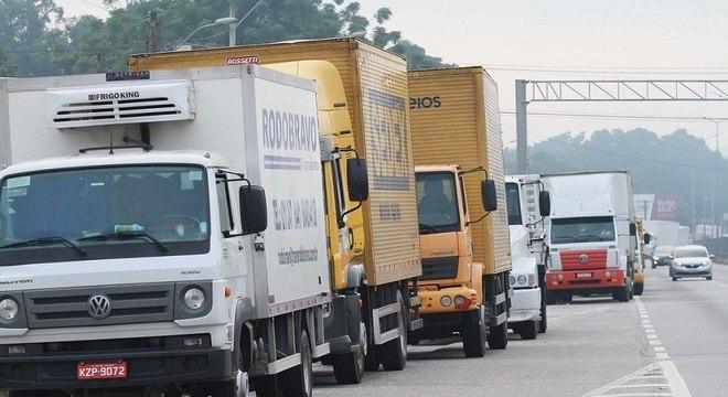 Caminhoneiros protestam em rodovias pelo país. Na foto, BR 101, no RJ