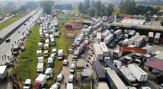 Pelo 3° dia, caminhoneiros protestam em rodovias no país. Na foto, via Dutra