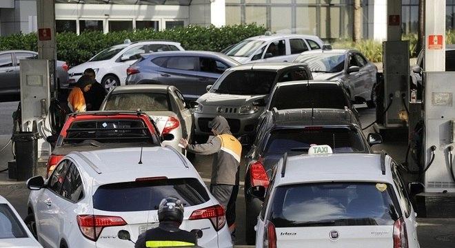 Motoristas enfrentam fila em posto de gasolina na avenida Nove de Julho, em SP