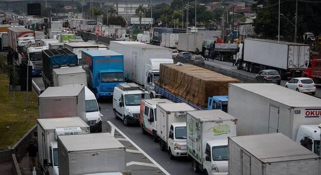 Caminhoneiros realizam ato no km 280, em Embu das Artes (SP)