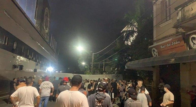 Protesto dos torcedores após a derrota para o Corinthians, em frente à Vila Belmiro