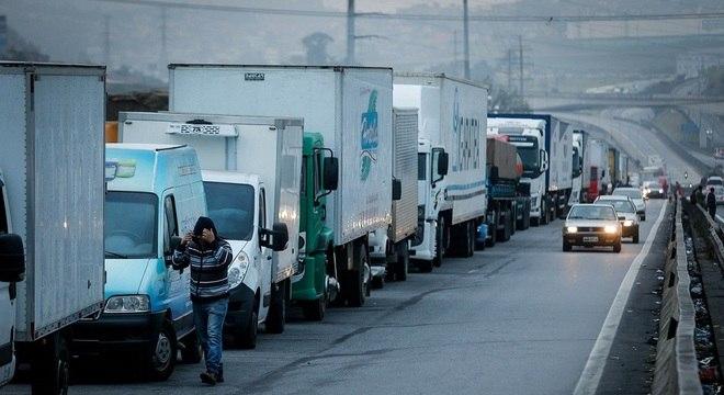 Caminhões parados no km 280 da Régis Bittencourt, em Embu das Artes (SP)