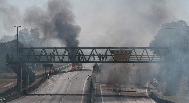 Manifestantes bloquearam os dois sentidos da rodovia Santos Dumont, em Campinas