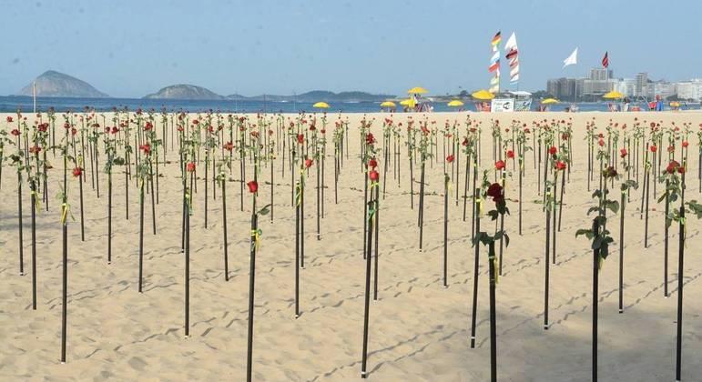 Rosas simbolizam as pessoas que morreram em decorrência da covid-19 no Brasil