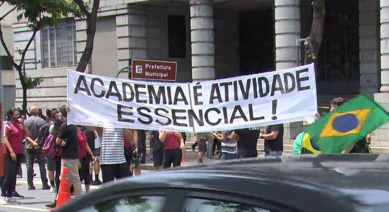 Representantes de academias fizeram um protesto na porta da prefeitura na sexta-feira (8)