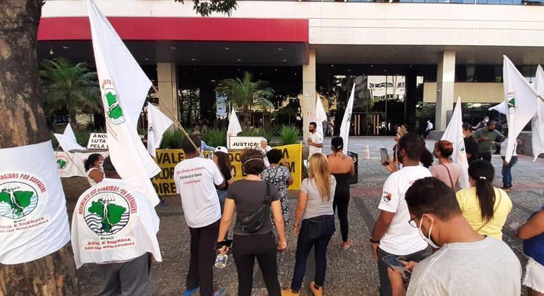 Atingidos protestaram no dia da celebração do acordo entre Vale e Governo de Minas