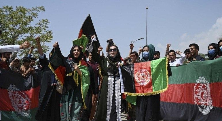 Homens e mulheres protestaram contra o Talibã em várias cidades afegãs
