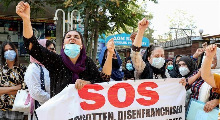 Refugiados afegãos protestam em frente à sede da ONU em Bishkek, no Quirguistão