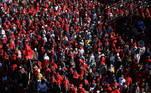 A longa marcha vermelha - cor do partido radical - se dirigiu até a sede da agência de medicamento (Sahpra) na capital, para exigir a aceleração das vacinas para que os sul-africanos possam voltar ao trabalho e reativar a economia