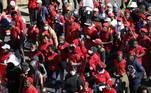 Milhares de pessoas se manifestaram nesta sexta-feira (25) em Pretória, a pedido do partido de oposição Economic Freedom Fighters (EFF), para exigir a aceleração da vacinação contra a covid-19 na África do Sul, afetada por uma terceira onda da pandemia