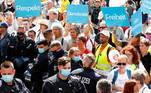 Manifestações contra as restrições vêm ocorrendo na Alemanha desde julho, e em algumas vezes reuniram dezenas de milhares de participantes. O protesto deste sábado, dia para o qual foram convocadas dezenas de outras passeatas de diferentes tipos, acontece em meio ao alarme sobre o aumento de novas infecções registradas nas últimas semana